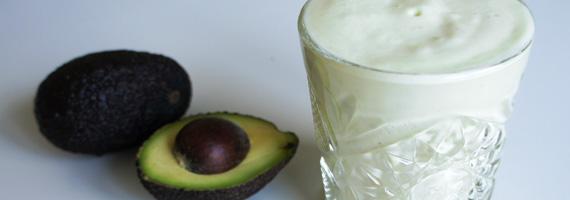 Proteinsmoothie med avokado, ananas och banan